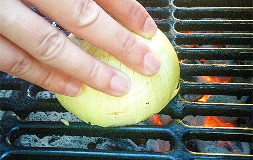 grilling-tip-onion-apply-to-grill